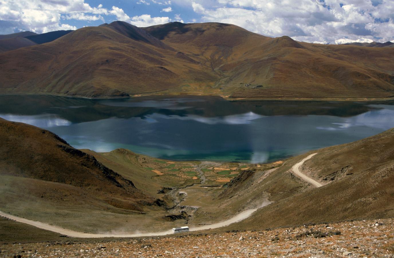 yamdrok-tso-lake-shot-from-gamta-la-pass-tibet-2000