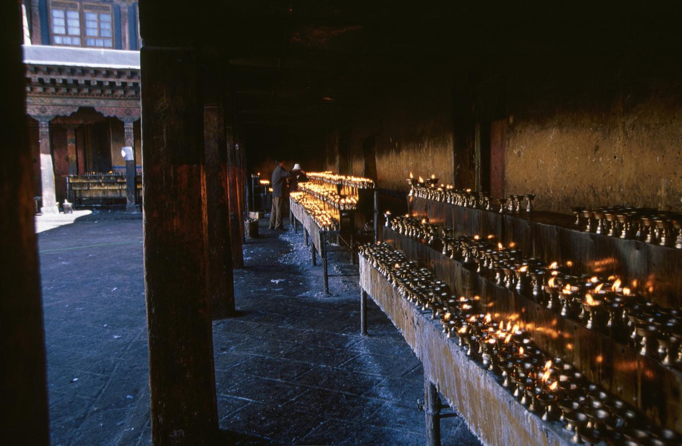 inside-the-jokhang-temple-lhasa-tibet-2000