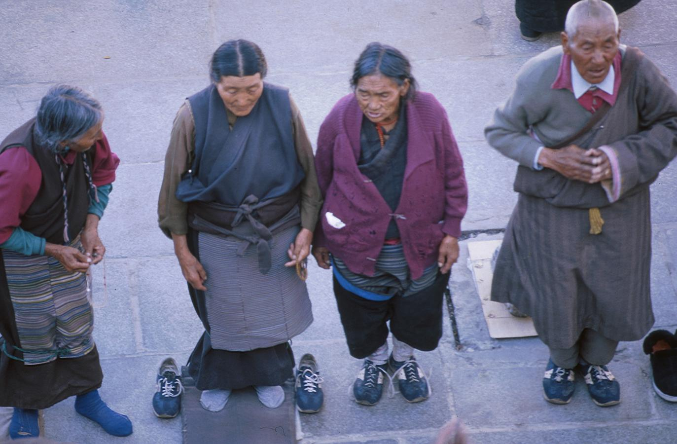 preying-in-front-of-the-jokhang-temple-lhasa-tibet-2000
