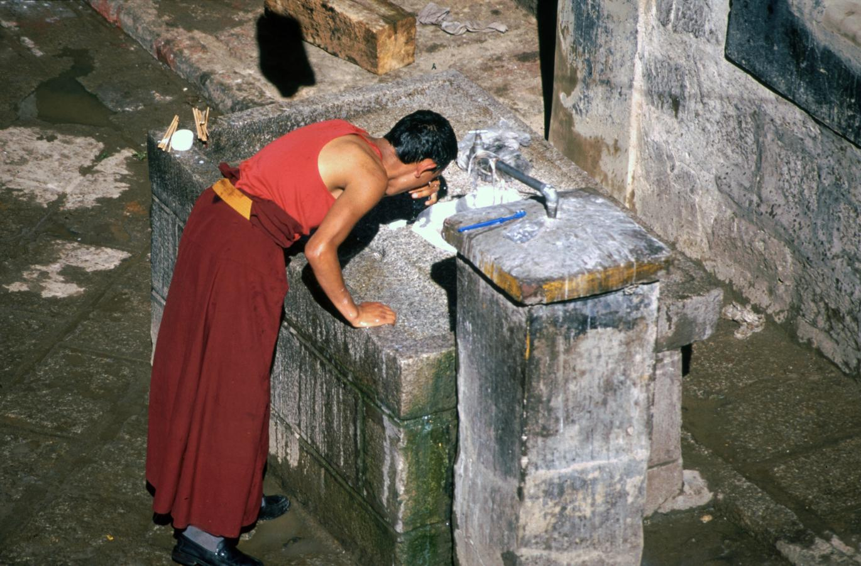 monk-morning-ritual-lhasa-tibet-2000