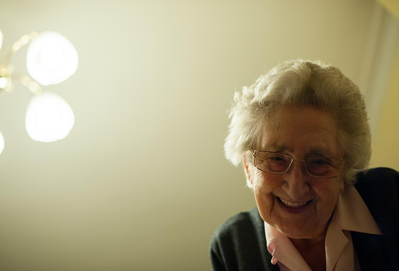 mom-looking-at-billie-antwerpen-2012