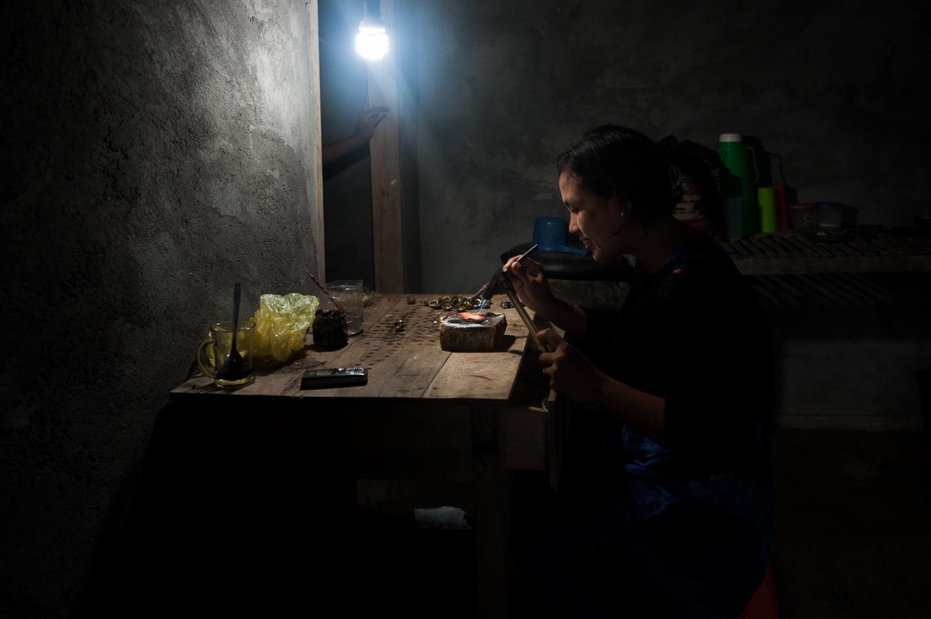 woman-making-silver-beads-somewhere-around-sidemen-bali-2010